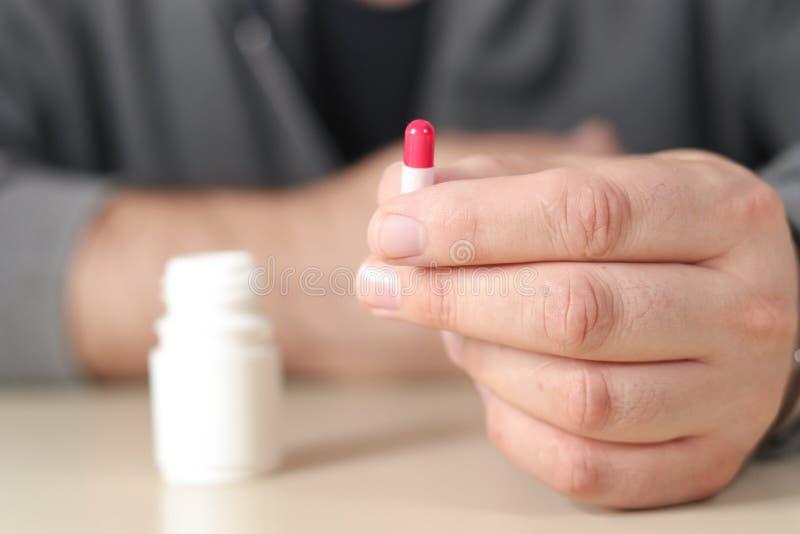 Mężczyzna bierze antidepressants kapsułę zdjęcie stock
