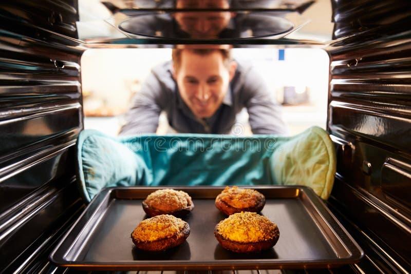 Mężczyzna Bierze Gotującą tacę Faszerować pieczarki Z piekarnika zdjęcie stock