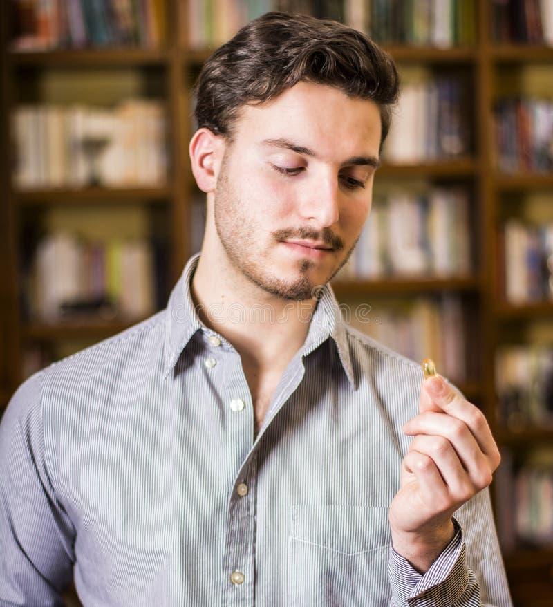 Mężczyzna bierze medycyny pigułkę lub pastylkę w domu zdjęcie stock