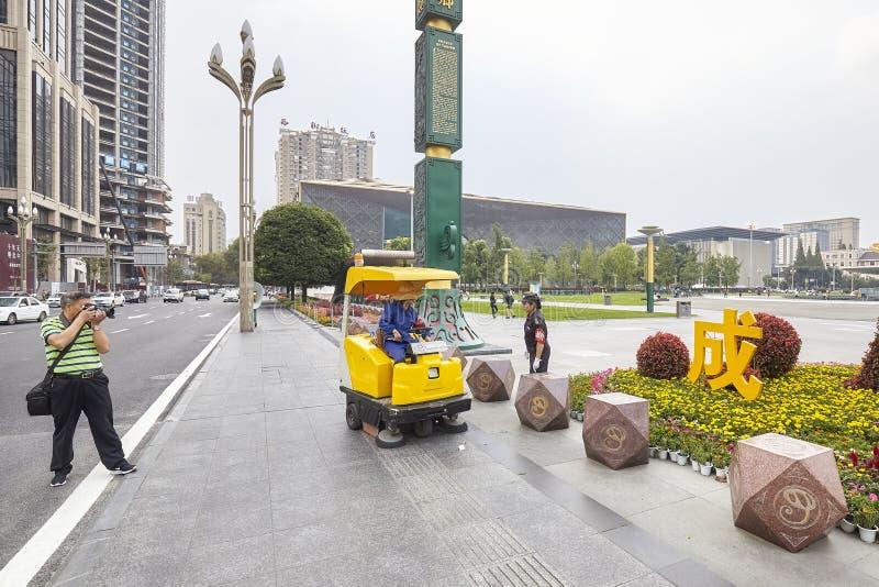 Mężczyzna bierze obrazki uliczny wymiatacz opowiada przy Tianfu kwadratem żeński oficer i obrazy stock