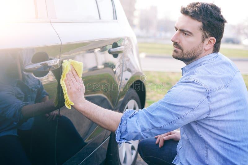 Mężczyzna bierze opiekę i czyści jego samochód zdjęcia royalty free
