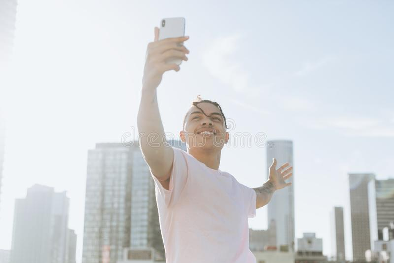 Mężczyzna bierze selfie w śródmieściu obraz royalty free