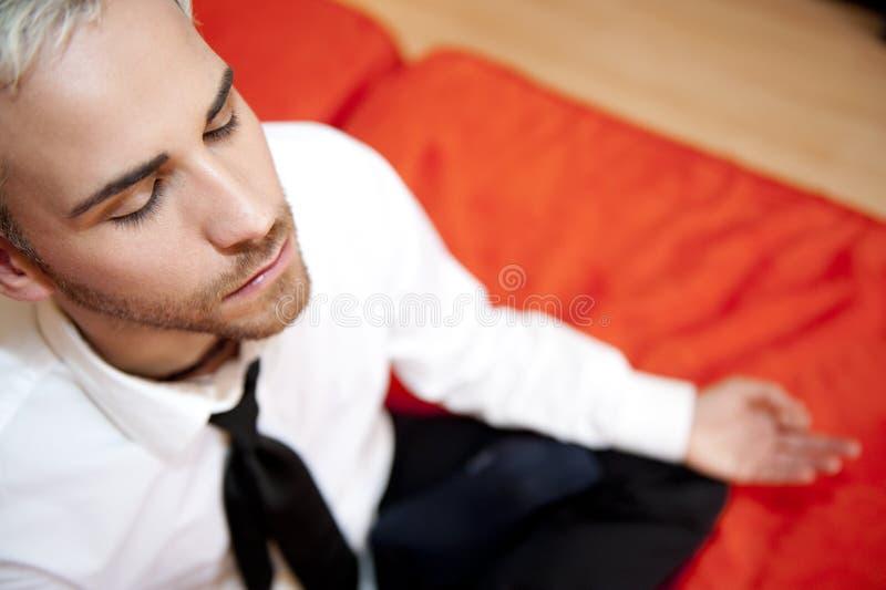 mężczyzna biznesowy robi joga obrazy stock