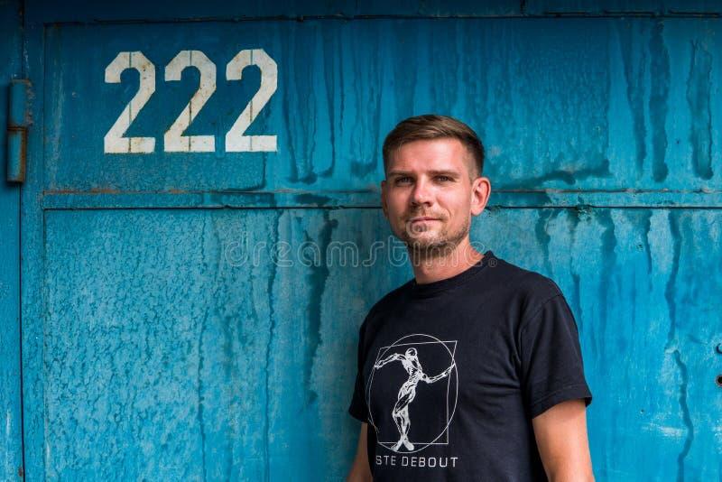 Mężczyzna blisko błękitnej kruszcowej ściany Młody europejski mężczyzna przy ulicą obrazy royalty free