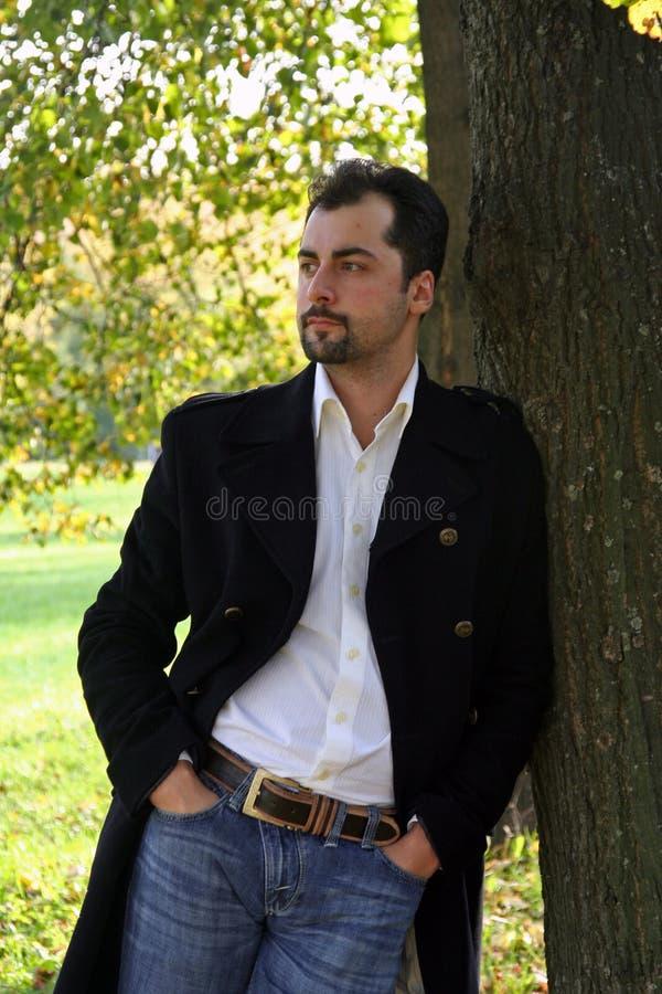 mężczyzna blisko portreta drzewa s obraz stock