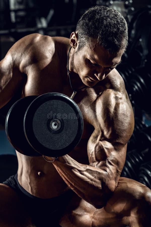 Mężczyzna bodybuilder w gym obrazy royalty free