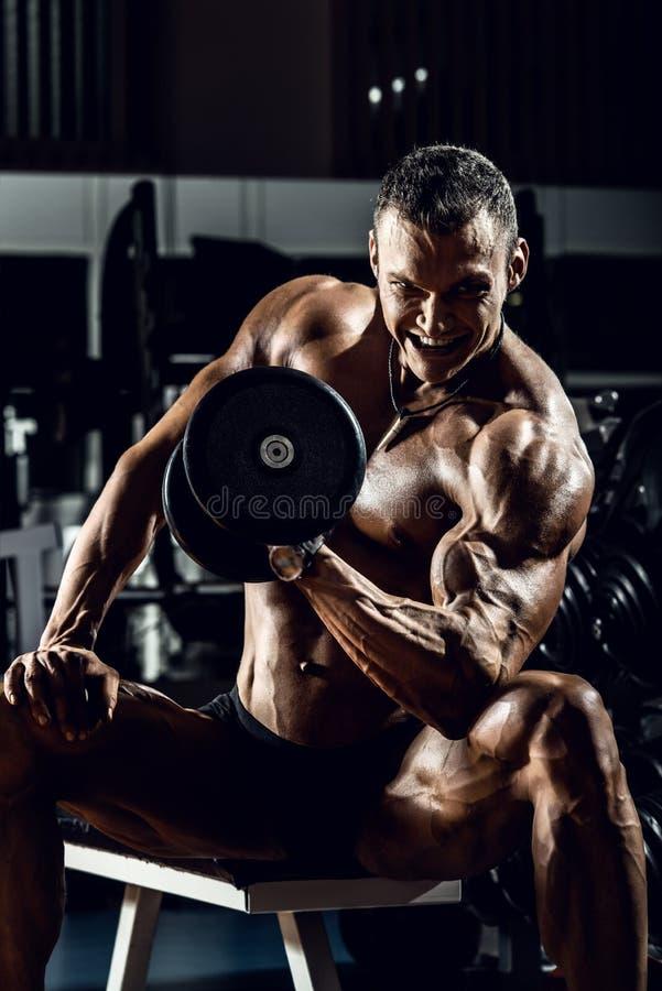 Mężczyzna bodybuilder w gym obraz stock