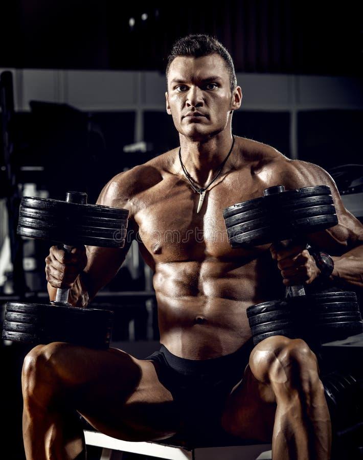 Mężczyzna bodybuilder w gym obraz royalty free
