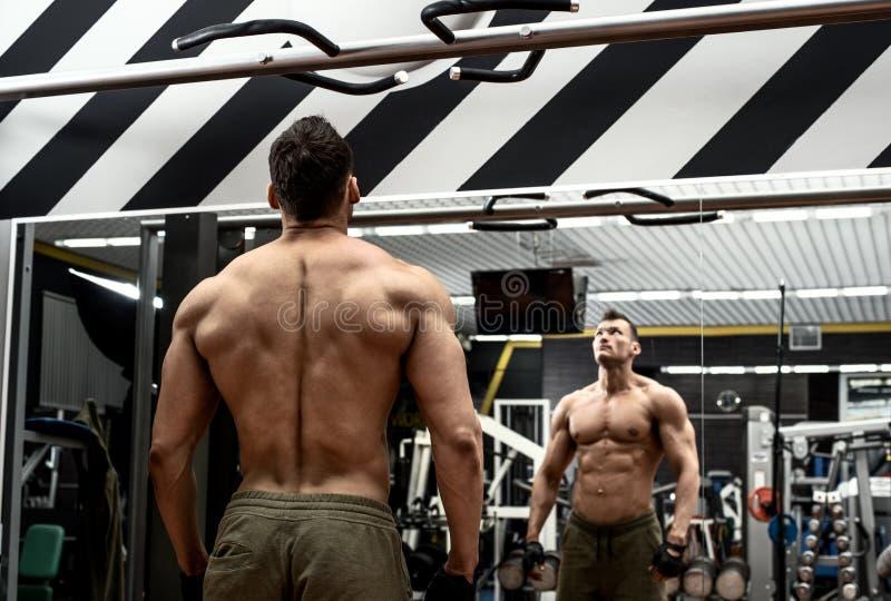 Mężczyzna bodybuilder w gym zdjęcia stock