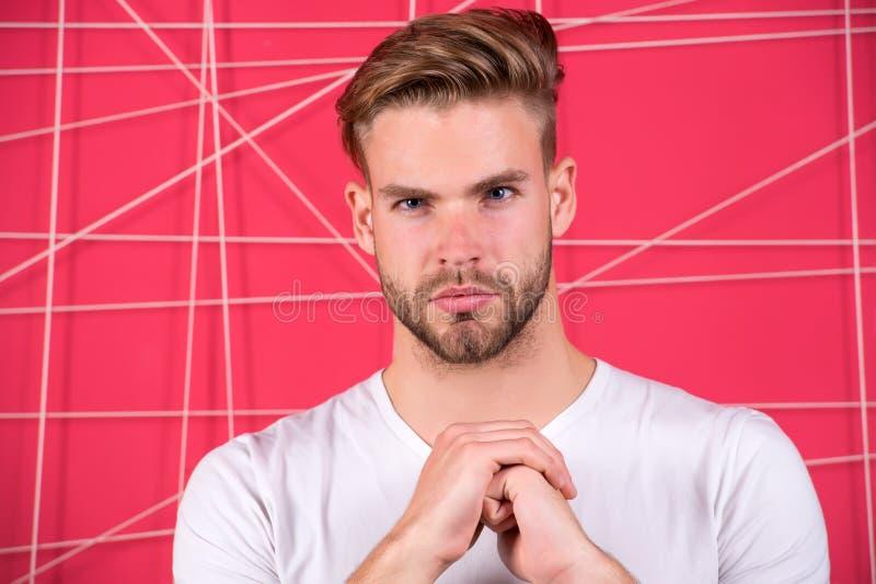 Mężczyzna brodaty skoncentrowany skupiający się spojrzenie Faceta wąsy i twarzy nieogolony spojrzenie ściśle Brody przygotowywać  zdjęcie stock