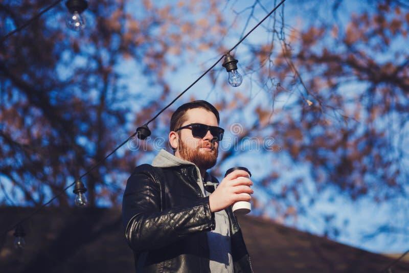 Mężczyzna brodaty z kawą fotografia stock