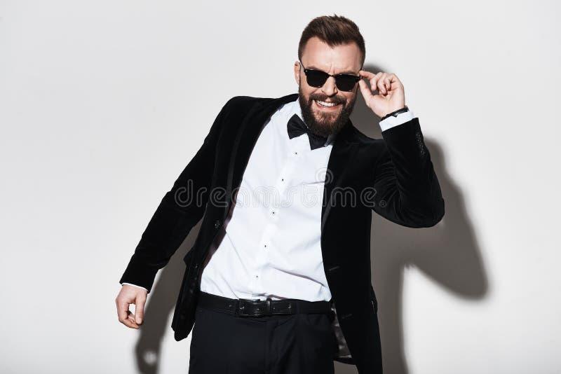 Mężczyzna charyzma Przystojny młody człowiek przystosowywa jego e w pełnym kostiumu fotografia stock