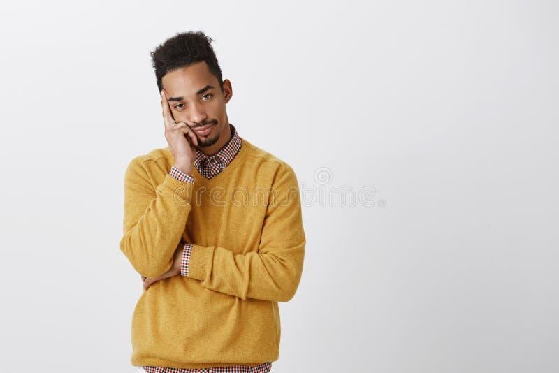 Mężczyzna chce być gdzieś inny Przeszkadzający atrakcyjny młody człowiek z afro fryzury opartą głową na palmie, czuć zanudzam zdjęcia stock