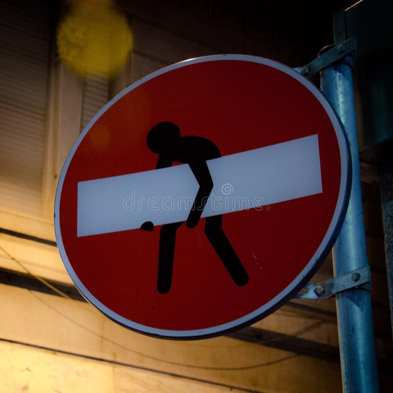 Mężczyzna Chodzący Z znakiem Daleko od obraz royalty free