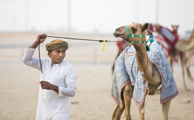 Mężczyzna chodzi jego wielbłąda w pocierania al Khali pustyni przy Pustym Quarte obraz stock