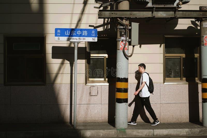Mężczyzna chodzi na Shandong drodze fotografia royalty free