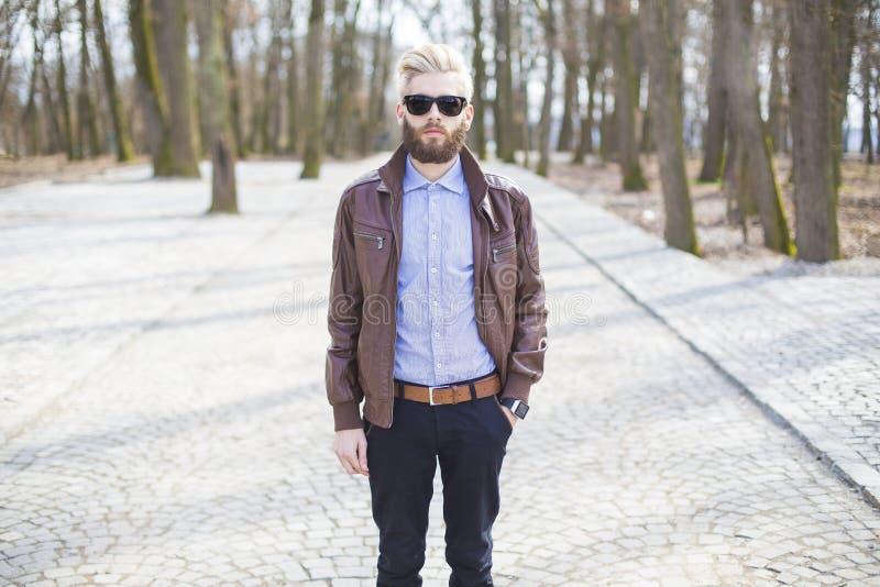 Mężczyzna chodzi samotnie fotografia stock