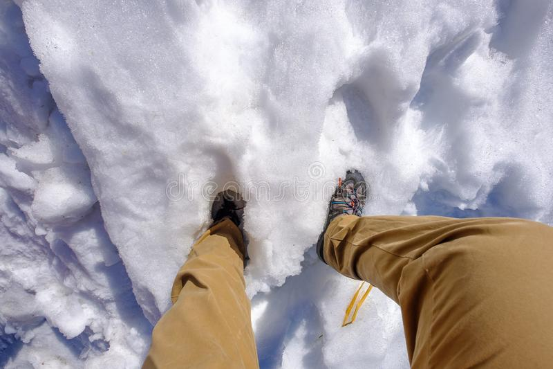 Mężczyzna chodzi w białym śniegu zdjęcie royalty free
