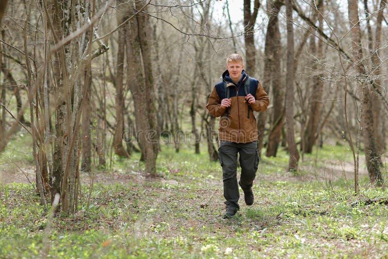 Mężczyzna chodzi w drewnach w Crimea fotografia royalty free