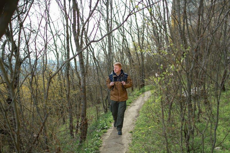 Mężczyzna chodzi w drewnach w Crimea obraz stock