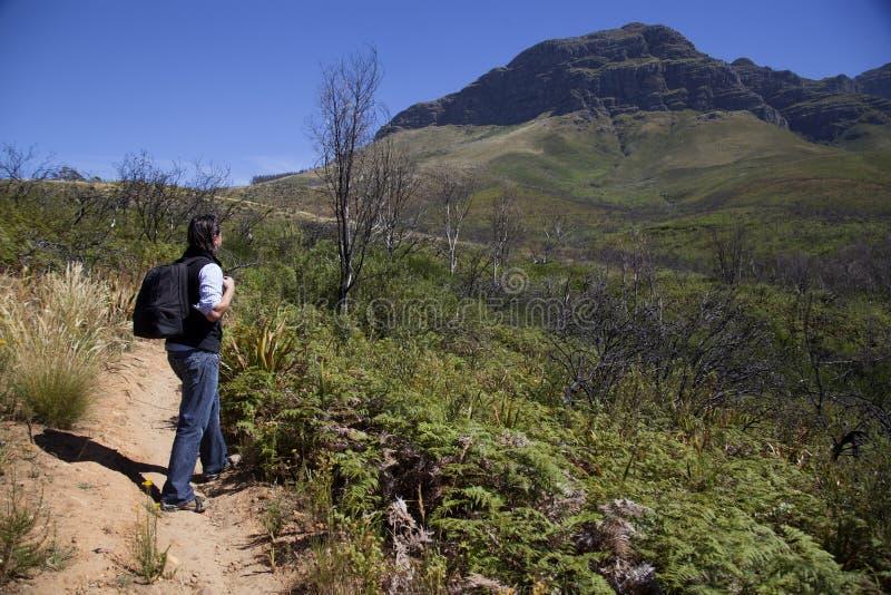 Mężczyzna chodzi w górę góry zdjęcia royalty free