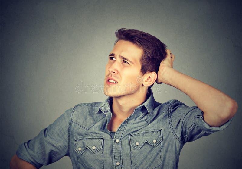Mężczyzna chrobota głowa, myśleć może pamiętać przyglądający up ` t zdjęcia stock