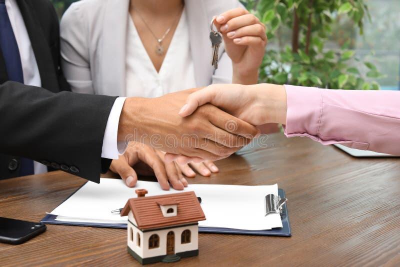 Mężczyzna chwiania ręki z agentem nieruchomości obraz royalty free