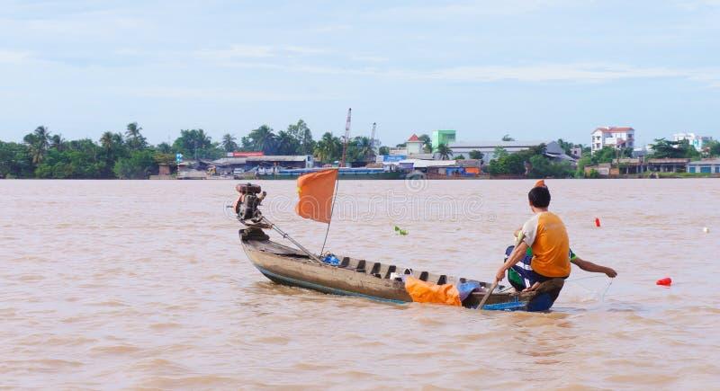 Mężczyzna chwytający sum w Mekong rzece zdjęcia stock