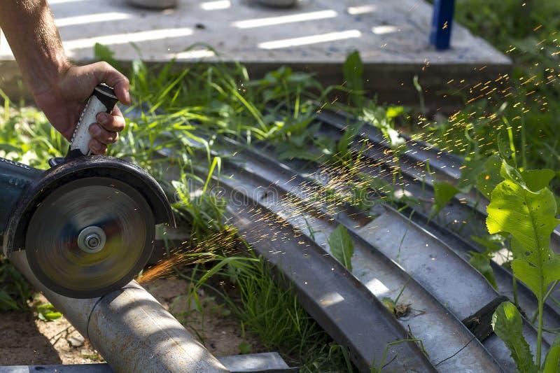 Mężczyzna cięć żelazo z ostrzarzem zdjęcia royalty free