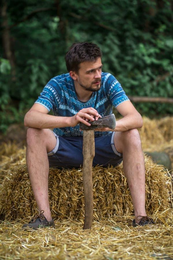 Mężczyzna ciapania drewno z cioską zdjęcie royalty free