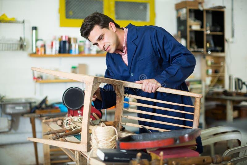 Mężczyzna cieśla w meble naprawy warsztacie zdjęcia royalty free