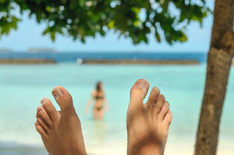 Mężczyzna cieki nad zamazaną kobietą na plaży Podróży i wakacje pojęcie obraz stock