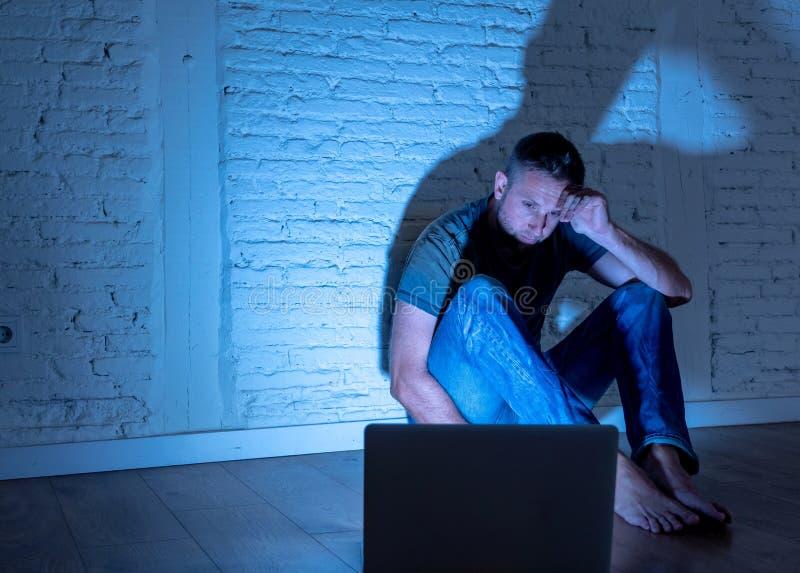 Mężczyzna cierpi Internetowy cyber znęcać się obraz royalty free