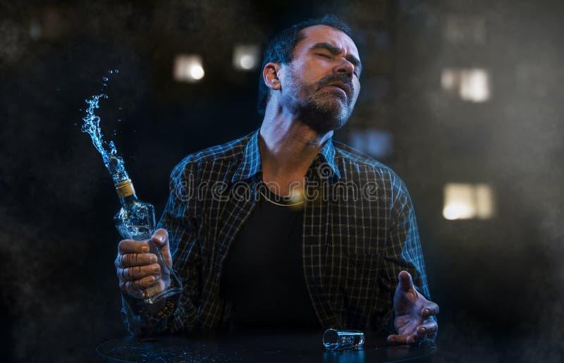 Mężczyzna cierpienie od alkoholizmu zdjęcia stock