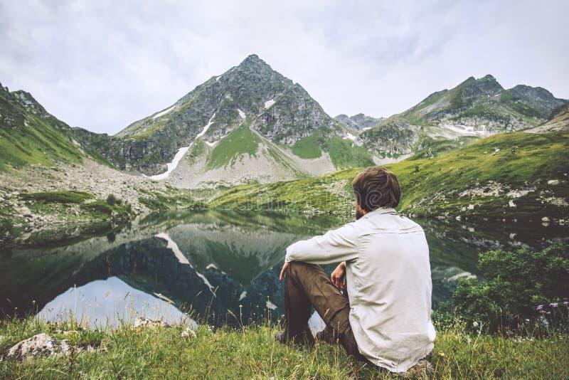 Mężczyzna cieszy się krajobrazowych podróżnych samotnych przygoda wakacje zdjęcie royalty free