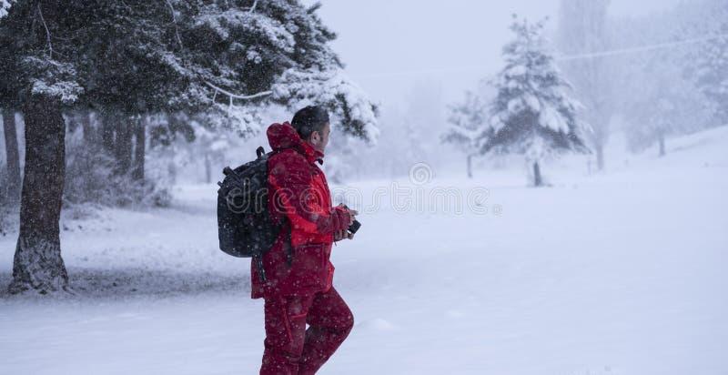 Mężczyzna cieszy się pięknego zima krajobraz fotografia stock