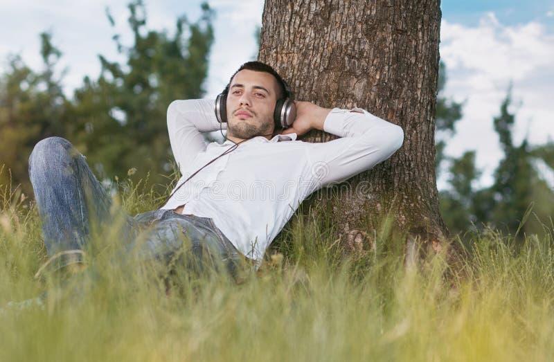 Mężczyzna cieszy się w muzyce fotografia royalty free