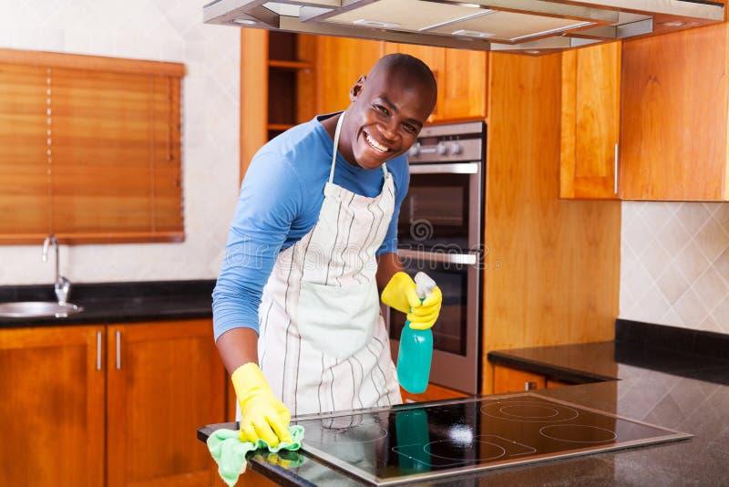 Mężczyzna cleaning kuchenka obraz royalty free