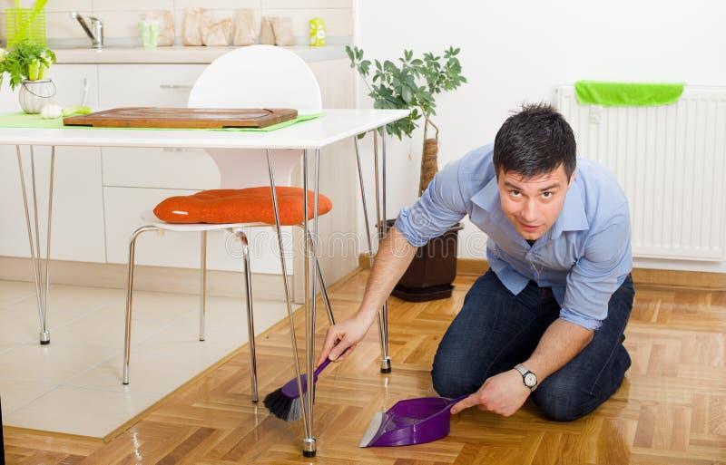 Mężczyzna cleaning w kuchni zdjęcie stock