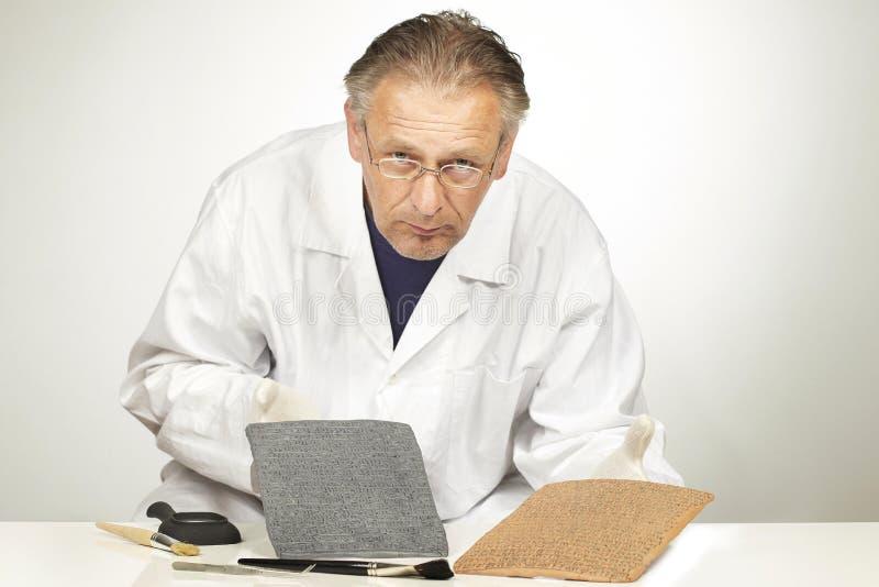 Mężczyzna cleaning writing w Sumer stylowy cuneiform żadny istny znaczenie obraz royalty free