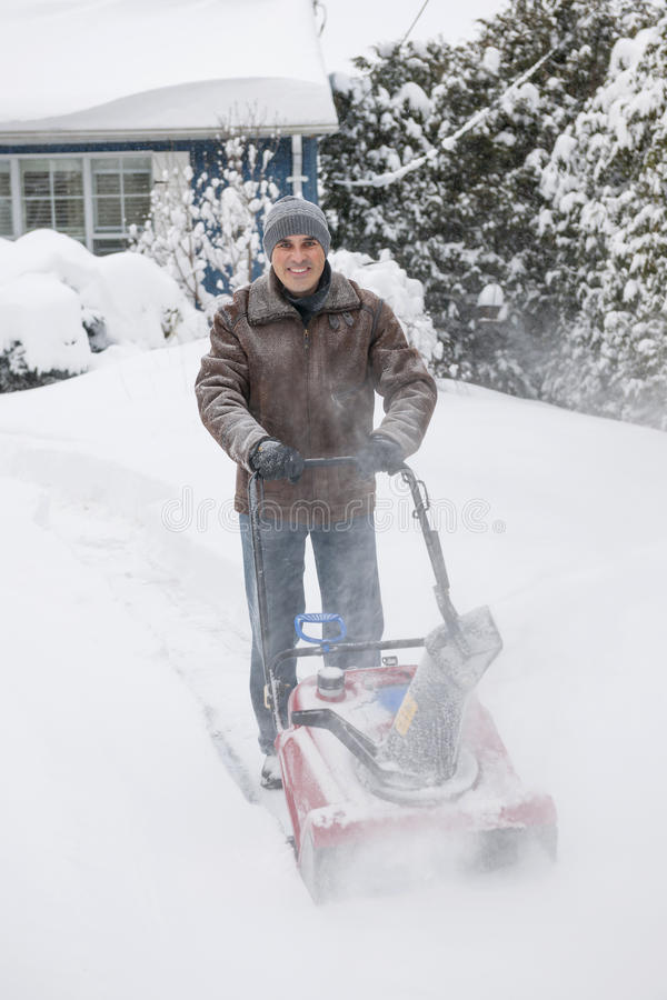 Mężczyzna clearingowy podjazd z snowblower obrazy royalty free