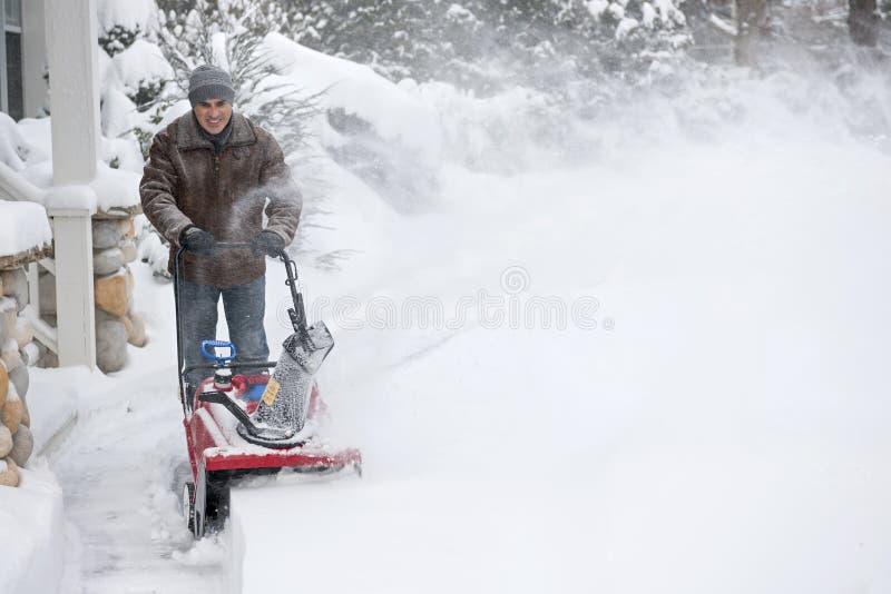 Mężczyzna clearingowy podjazd z snowblower zdjęcia royalty free
