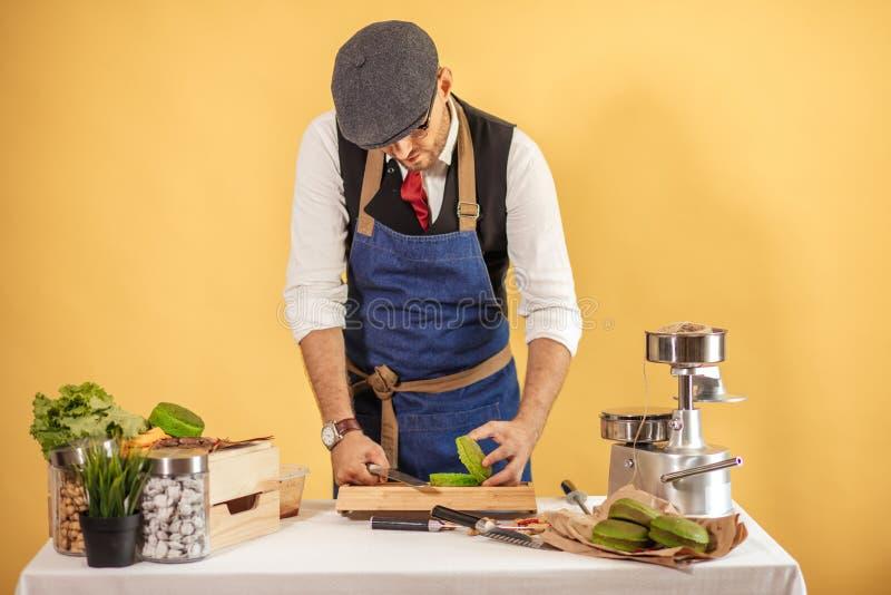 Mężczyzna cuttung świeża jaźń zrobił hamburgerowi zamkniętym upprepares zielony hamburger z wołowiną, sałatką i warzywami, fotografia royalty free