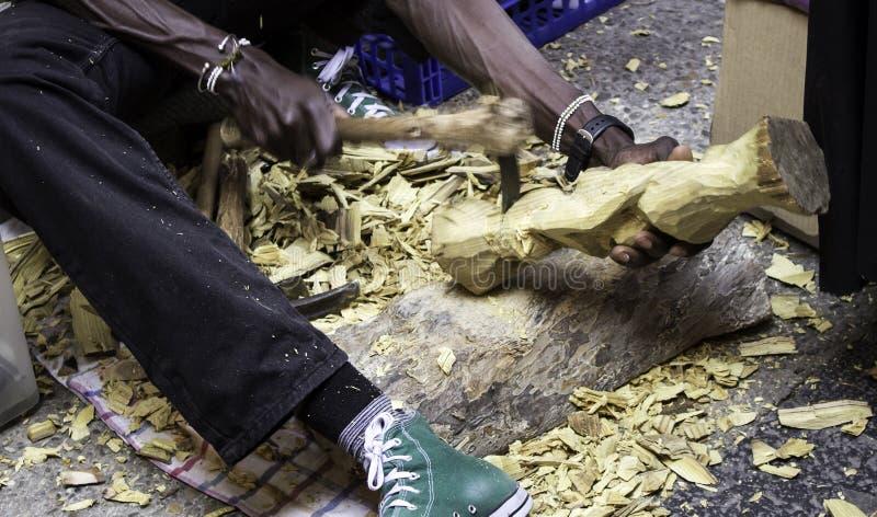 Mężczyzna cyzelowania drewno fotografia royalty free