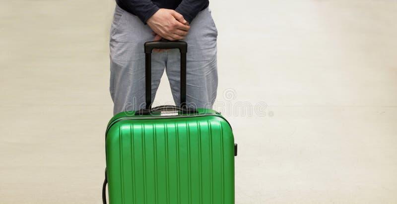 Mężczyzna czekać na deportację przy lotniskiem Deportować cudzoziemski mieszkaniec Ochotniczy odjazd i obowiązkowy dosłanie obrazy stock