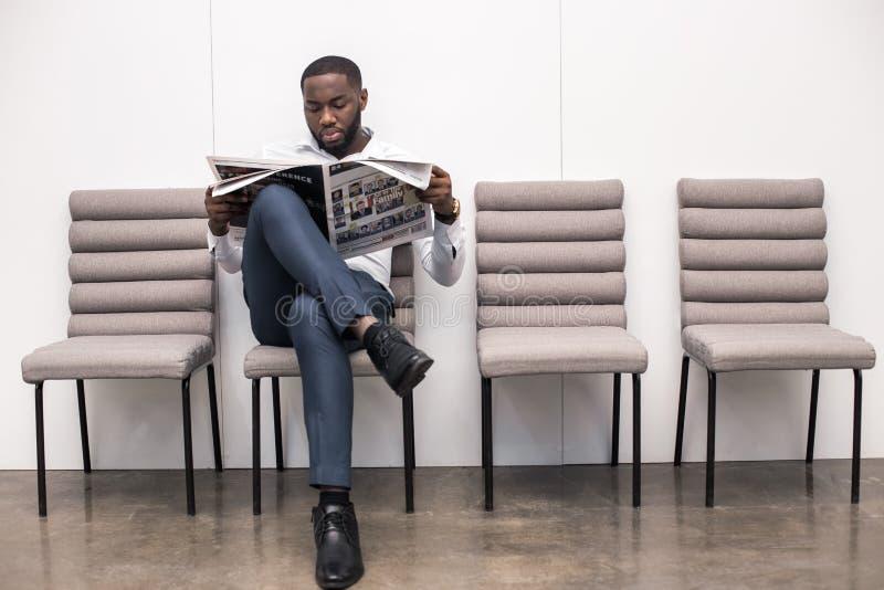Mężczyzna czekanie dla wywiadu Akcydensowego zastosowania pojęcia obrazy royalty free