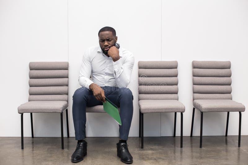 Mężczyzna czekanie dla wywiadu Akcydensowego zastosowania pojęcia zdjęcie stock