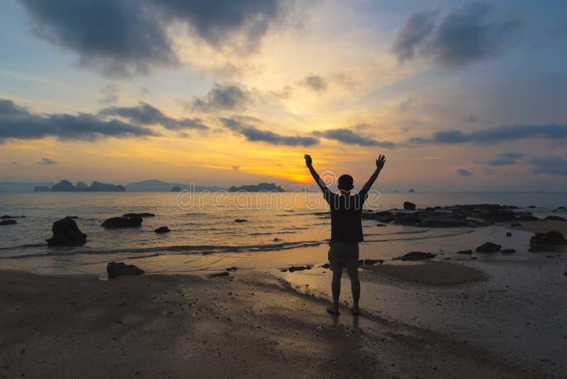 Mężczyzna czuciowy sukces przy plażą fotografia stock