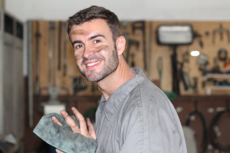 Mężczyzna czyści jego brudne ręki po kończyć pracę fotografia stock