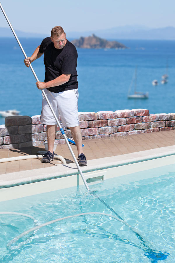 Mężczyzna Czyści Pływackiego basenu Nad morze zdjęcia royalty free